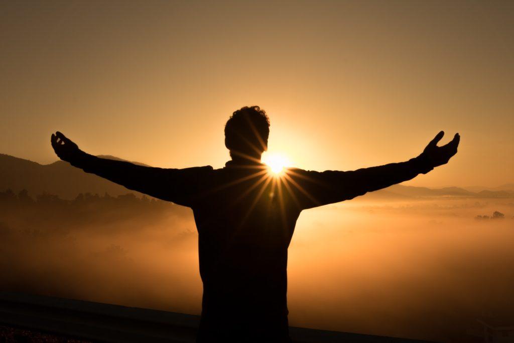 uomo-che-abbraccia-il-sole