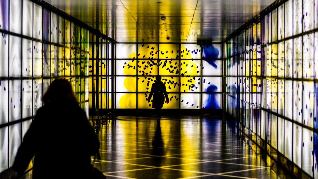 persone_che_camminano_in_una_prigione